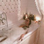 Алена принимает ванну
