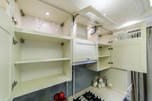 Высокие навесные шкафы на кухне