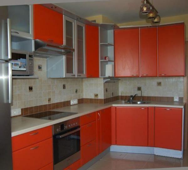 Красный кухонный гарнитур с выступом