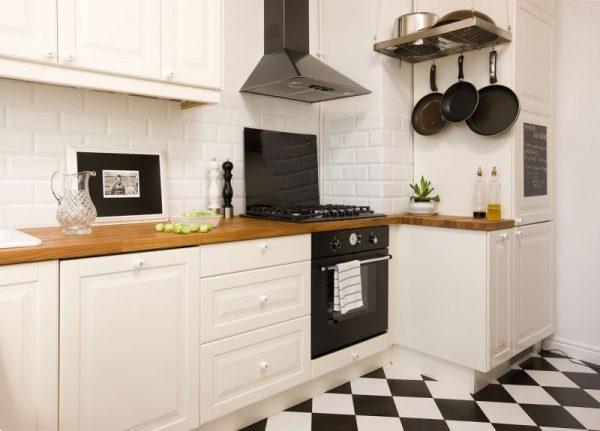 Белый кухонный гарнитур с неглубоким выступом