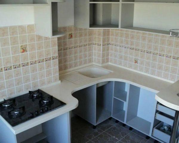 Угловая кухня с нишей в углу
