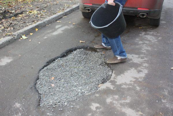 Заделка ямы на дороге