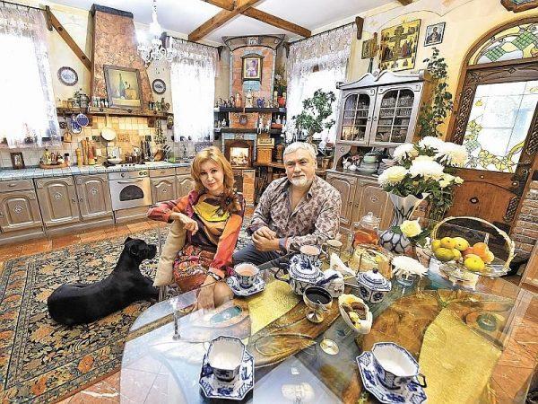 Вика Цыганова с мужем на кухне