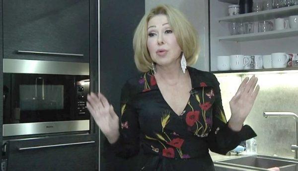 Любовь Успенская в своем доме на кухне