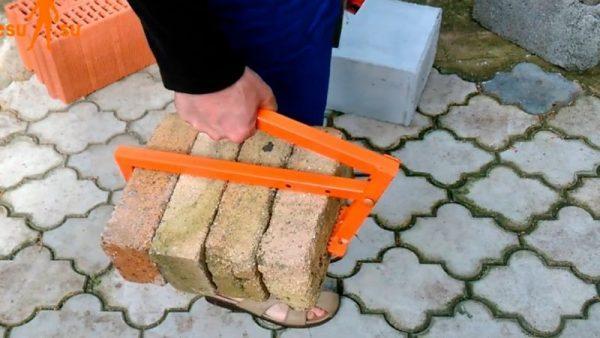 Струбцина для переноски кирпичей и камня