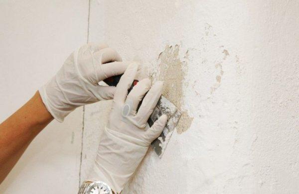 Очищение стен от новой шпаклевки