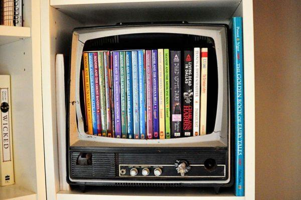 Книжная полка из старого телевизора