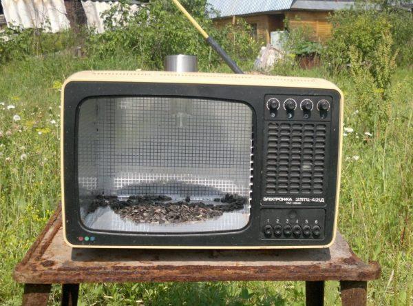 Кормушка в старом телевизоре