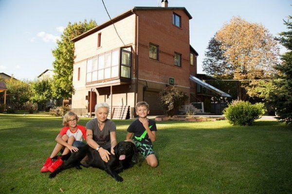 С детьми на лужайке перед домом