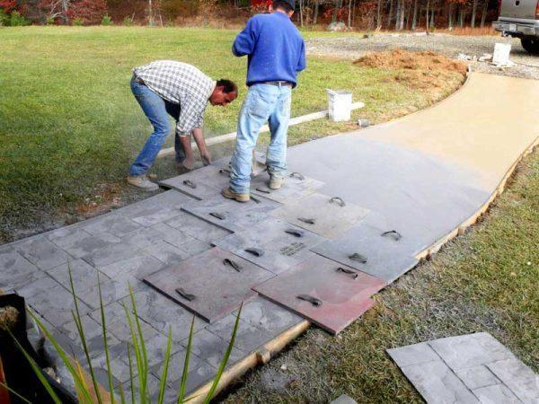 Штамповка бетона при сооружении садовой дорожки