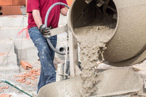 Бетономешалка с бетоном