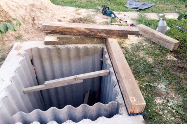 Укрепление стенок выгребной ямы