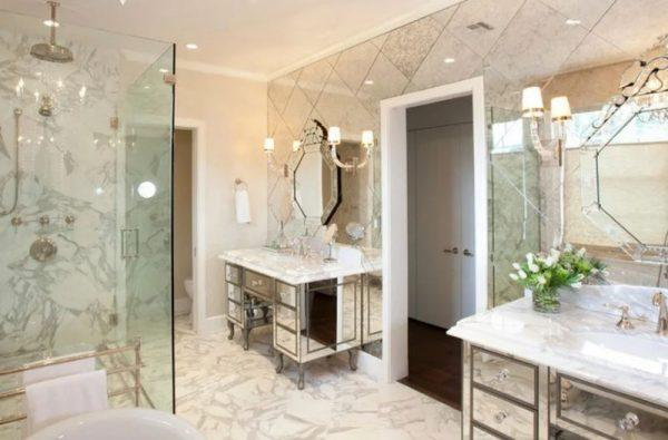 Зеркальные стены в интерьере ванной