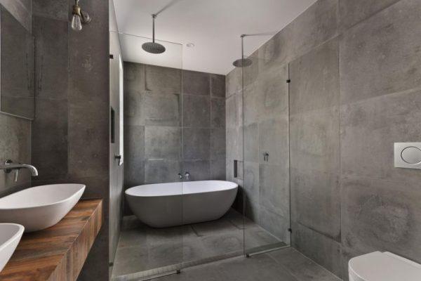 Ванна с плиткой под бетон