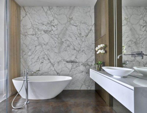 Интерьер с белым мрамором в ванной