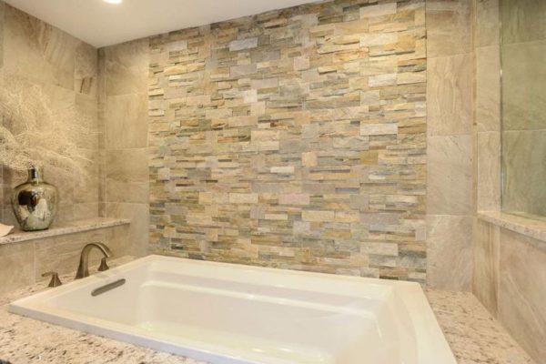Натуральный и искусственный камень в ванной
