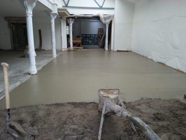 Заливка стяжки из самонапряженного бетона
