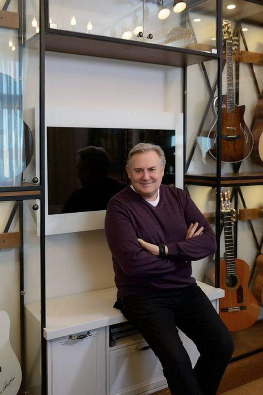 Юрий Стоянов в гостиной