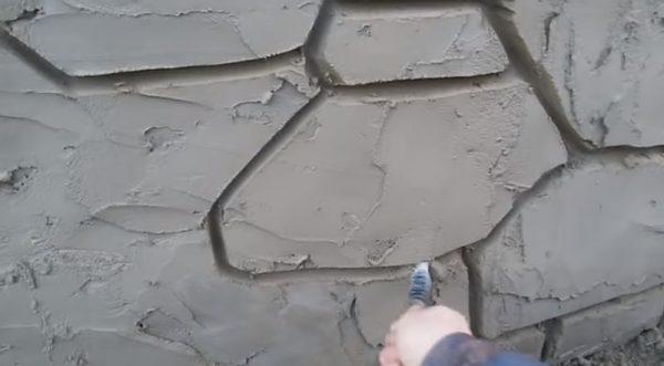 Исполнение декорации на бетонной стене