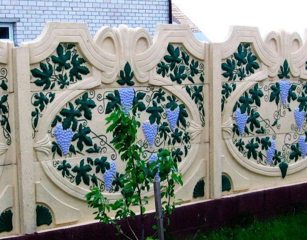 Стена из бетона с декорациями
