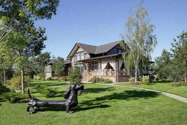 Садовые скульптуры возле дома