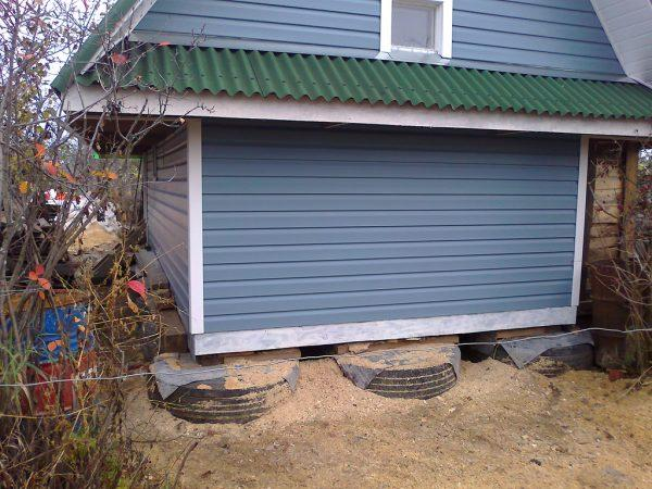 Дом на фундаменте из покрышек