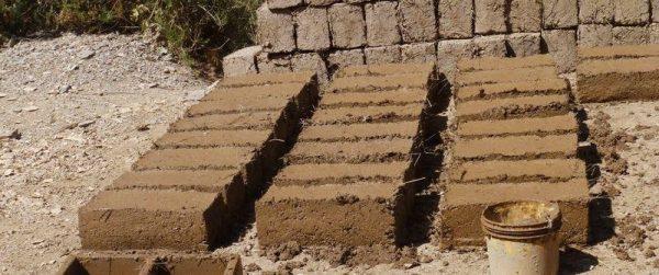 Глиняные кирпичи приготовление блоков