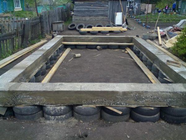 Ленточный фундамент из покрышек для гаража