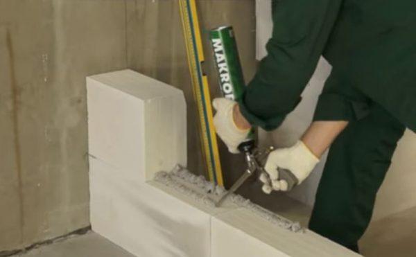 Нанесение пены на бетон