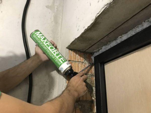 Заделывание щелей в дверях монтажной пеной