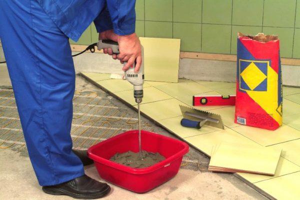 Добавление плиточного клея к цементу
