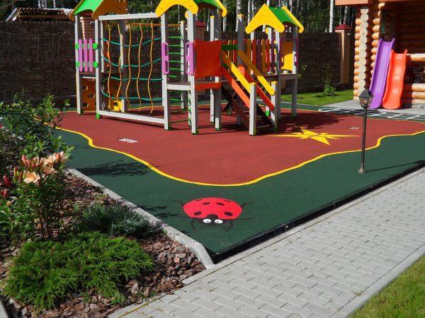 Резиновое покрытие на детской площадке