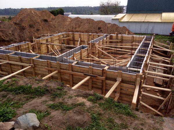 Сооружение ленточного фундамента частного дома