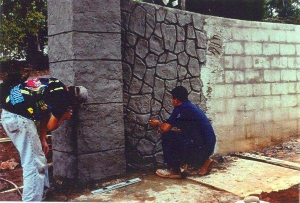 Создание узора на заборе с помощью цементного раствора