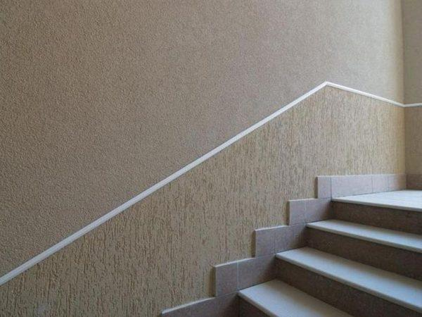 Декоративная штукатурка на лестнице
