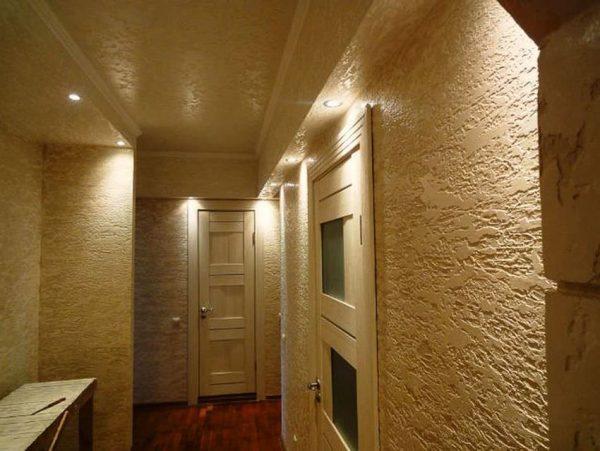 Декоративная штукатурка Короед в коридоре