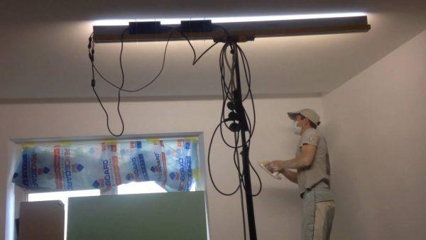 Использование лампы для шпаклевания потолка