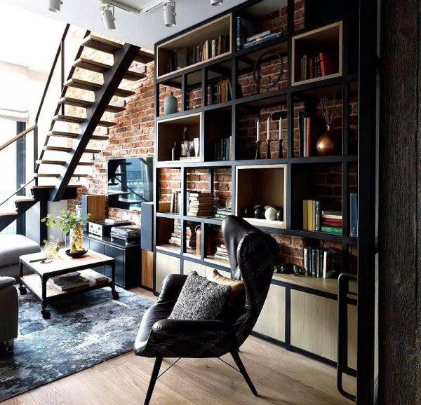 Кирпичная стена и дизайнерское кресло