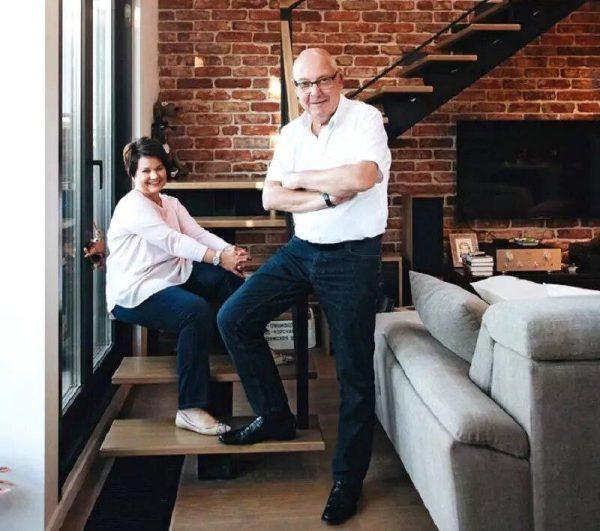 Максим Никулин с женой в своей квартире