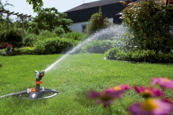 Полив газона с помощью водяной пушки