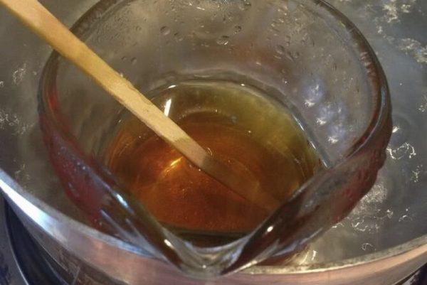 Приготовление шпаклевки из масла на водяной бане
