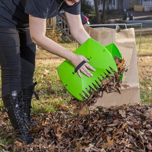 Уборка сухих листьев в саду