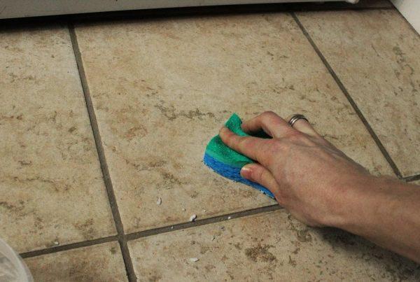Удаление засохшего цемента с плитки