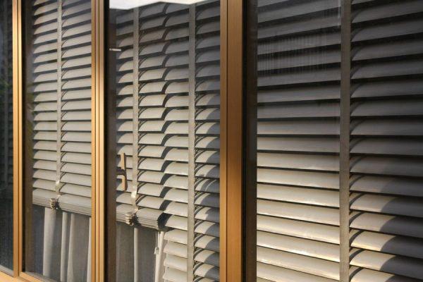 Металлические жалюзи на окнах