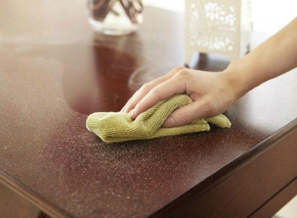 Протирание деревянных поверхностей от пыли