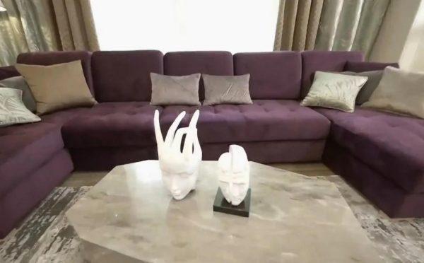 Диван в квартире Николая Добрынина