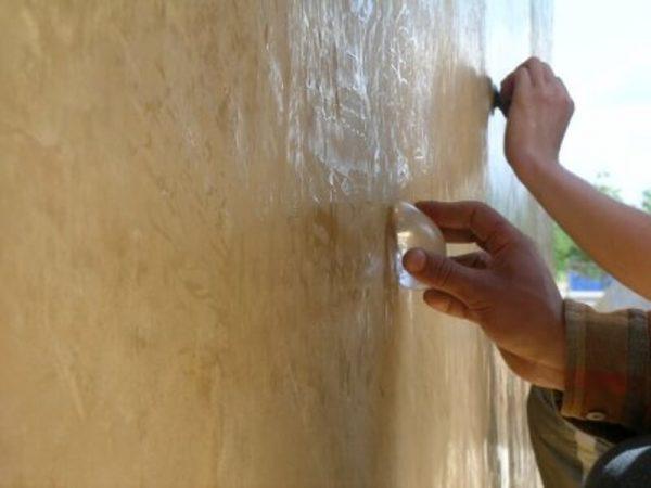 Финишная отделка декоративного покрытия воском