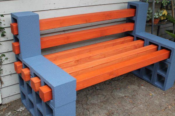 Лавочка из бетонных блоков и деревянного бруса