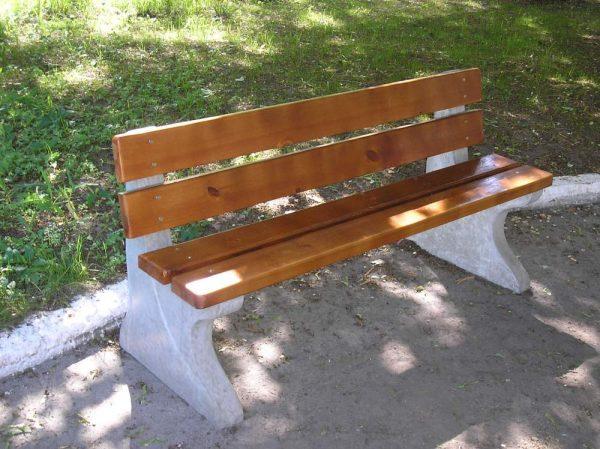 Лавочка на бетонных опорах с деревянной спинкой
