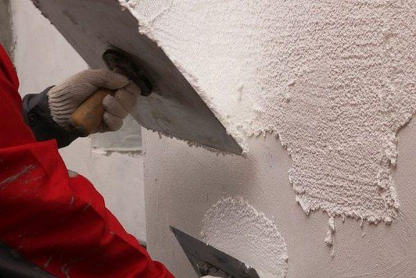 Нанесение перлитной штукатурки на стену